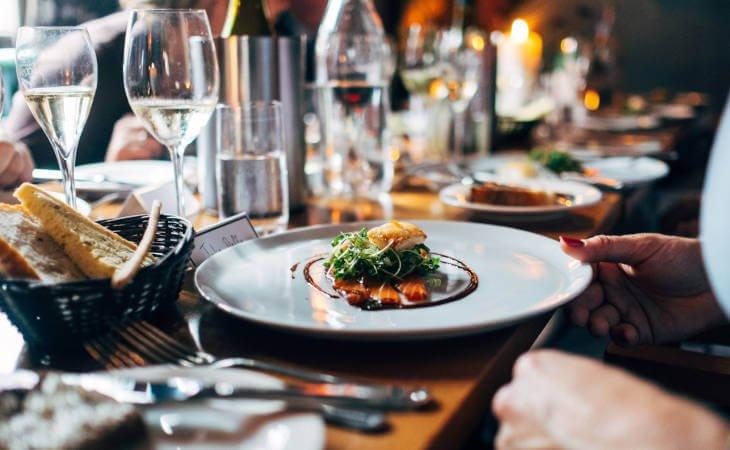 fino servirano jelo u restoranu losos sa salatom