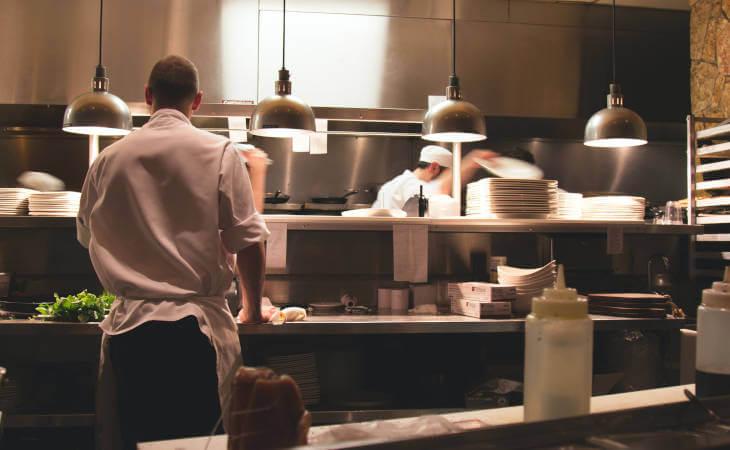 kuhinja restorana osoblje u kuhinji